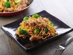 Пържено пилешко филе (гърди) с оризови нудли и сос терияки в уок - снимка на рецептата
